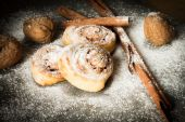 Buns from yeast dough with cinnamon cooked at home — ストック写真