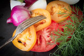 Chopped tomatoes with onion and dill on a black stone — Zdjęcie stockowe