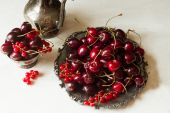 Cherry with red currants in a bowl and a metal plate in oriental — Fotografia Stock