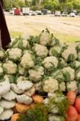 Cauliflower and Pattinson at the farmers market — Stock Photo