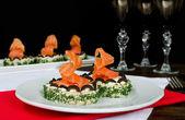 Сэндвич со сливочным сыром и лососем на праздничном столе — Стоковое фото