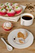 Muffins with coffee on wooden background — Stockfoto