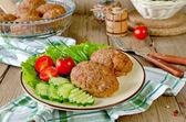 Kotletter med bovete och en sida skålen med grönsaker — Stockfoto