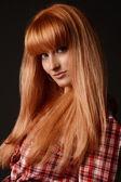 Ritratto in studio di ragazza dai capelli rossi — Foto Stock