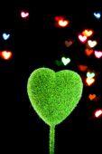 Serce w kształcie drzewa na ciemnym tle — Zdjęcie stockowe