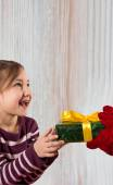 Santa Claus is giving a Christmas gift to kid — Stock Photo