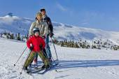 Family of three people learns skiing together — Foto de Stock