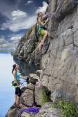 Group of female rock climbers makes and ascent on the rocky wall — Stock Photo