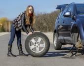 Female driver repairs car — Stockfoto