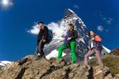 Team of climbers walks against alpine background — Foto de Stock