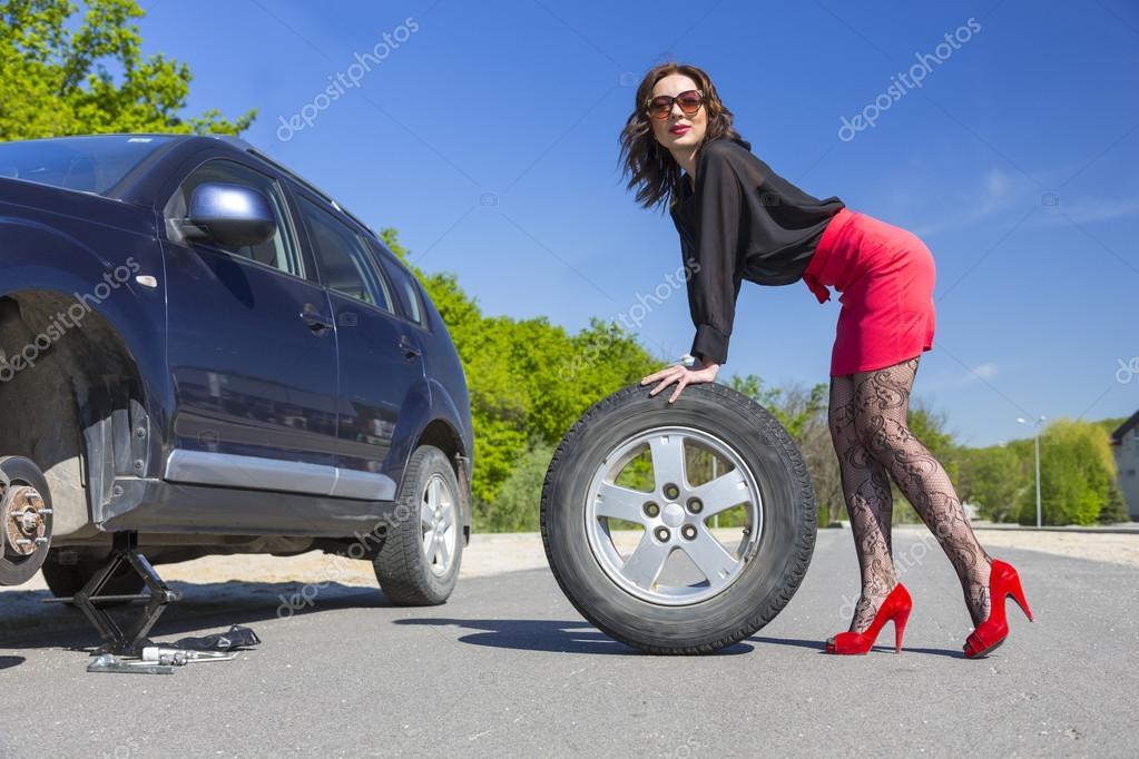 femme aux longues jambes changer roue de voiture photographie alexbrylov 75036829. Black Bedroom Furniture Sets. Home Design Ideas
