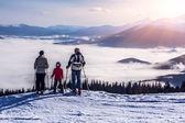 人々 観察山の風景 — ストック写真