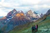 People observing mountain scenery — Stock Photo