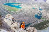 Mountain climber over abyss — Stock Photo