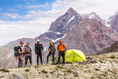 Alpine climbers team and camp — 图库照片