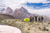 Alpine climbers team and camp — Stockfoto