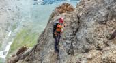Person climbs mountain — Stock Photo