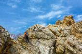 Male climber on rocky ridge — Stock Photo