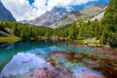 Pristine mountain lake — Stockfoto
