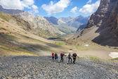 Grupo de caminhantes na trilha — Fotografia Stock