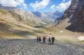 Skupina turistů na stopě — Stock fotografie