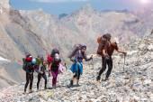 Grupy turystów na opuszczony teren skalisty — Zdjęcie stockowe