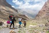Группа туристов, прогулки по тропе — Стоковое фото