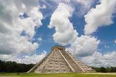 Chichen itza pyramid in a blue sky day — Stock Photo