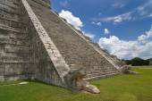 Chichen itza pyramid detailed view of stairs — Stockfoto
