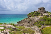 Tulum ruins of God of winds mayan temple on a cliff overlooking  — Stock Photo