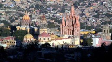 San Miguel de Allende and La Parroquia Church — Stock Video