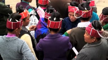 Miao people in Shidongdaqiaq market — Stock Video