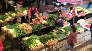 Women selling vegetables in market — Stock Video