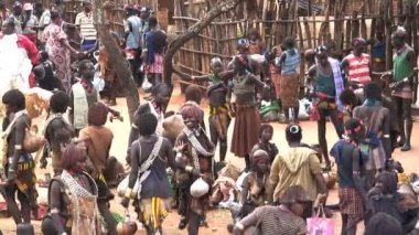 People of the Hamer Tribe on market day — Stockvideo