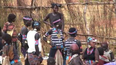 Women of the Hamer tribe on market day — Stock Video