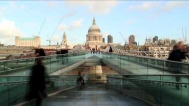 People on the Millennium Bridge — Stok video