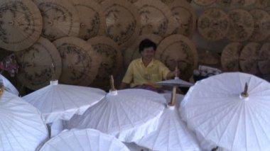 Person making parasols — Stock Video