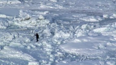 Lone male returning from ice fishing — Vídeo de stock