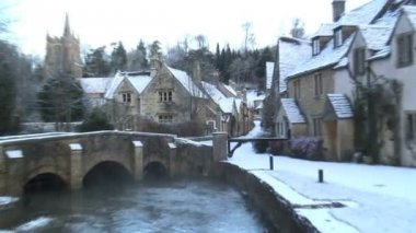 Riverside houses in the Snow Castle Coombe — Stock Video