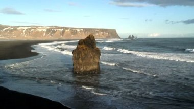 Promontory Stack and the beach of black lava — Vídeo de stock