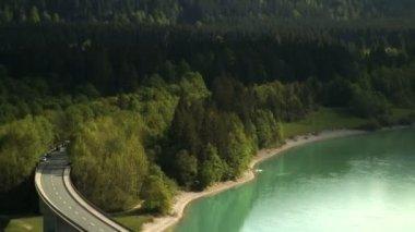 Bridge over Sylvenstein Lake — Stok video