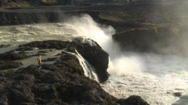 Dynkur waterfall nr Hrauneyjar — Stock Video