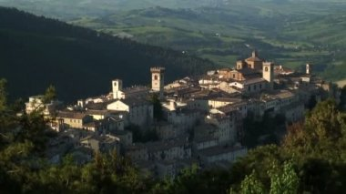 The town of Arcevia in the Rural countryside — Vídeo Stock