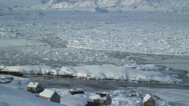Tormenta de nieve en la aldea del invierno — Vídeo de stock