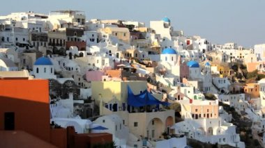 Town of Oia with people enjoying a drink  Santorini,  Greece — Stock Video