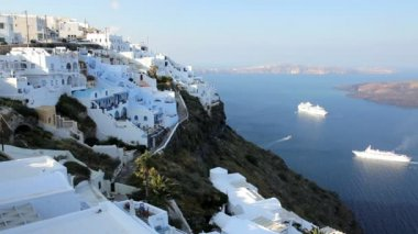 Cruise ships in the bay overlooked by the white washed houses of Thira, Aegean Sea, Greece — Stock Video