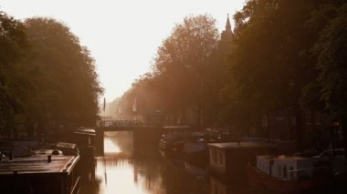 Sunrise over the House boats on Amsterdams canals — Stock Video