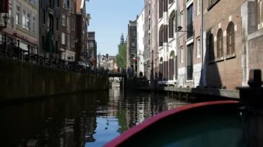 Water view of Amsterdams narrow canals with its fine architecture, Netherlands — Stock Video
