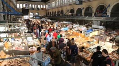 People in the popular Central Fish Market — Wideo stockowe