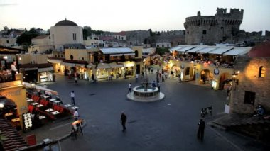 People enjoying an evening in Hippocrates Square, Rhodes old Town,   Greece — Stock Video